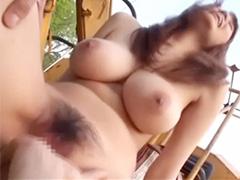 巨乳人妻と全裸青姦