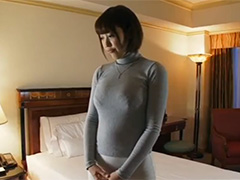 巨乳人妻のセーター姿