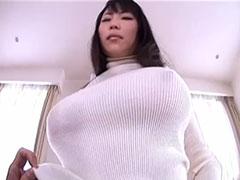 着衣巨乳の人妻