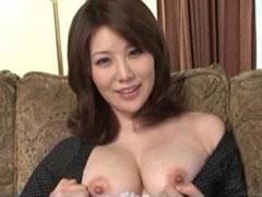 乳首を露出する人妻