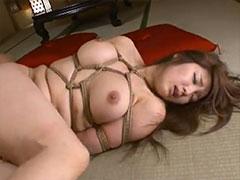 巨乳の人妻を緊縛