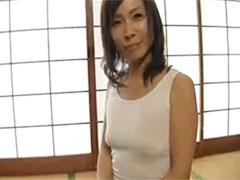 ノーブラの50代熟女