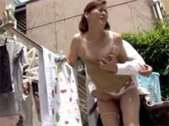 隣のおばさんと庭で青姦