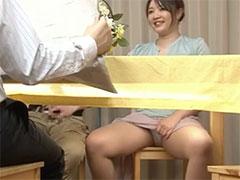 テーブルの下でマンコを触らせてる母親