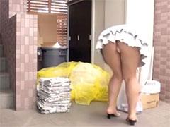 ゴミ出し人妻のパンチラ