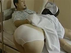 入院患者のチンポをフェラする熟女ナース