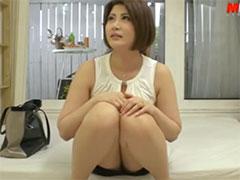 スカートの中が見えそうな人妻