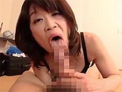 亀頭を舐める熟女のフェラ顔