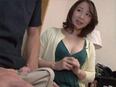 勃起チンポに興味津津の継母