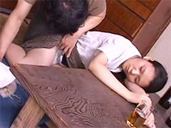 酔った人妻のパンツを覗く