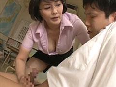生徒のチンポを手コキする熟女教師