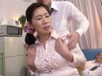 上司の奥さんの肩を揉みながら髪の匂いを嗅いで興奮してる下心ありありの若い部下ww