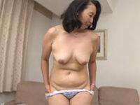 ちょっと湿っぽいですね!お尻が大きい熟年女性の脱ぎたての下着はどんな匂い?